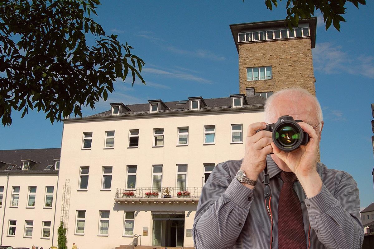 Rathaus Velbert, Detektiv zeigt Daumen nach oben, Schriftzug: Unserer Detektei ermittelt für Sie in Velbert !