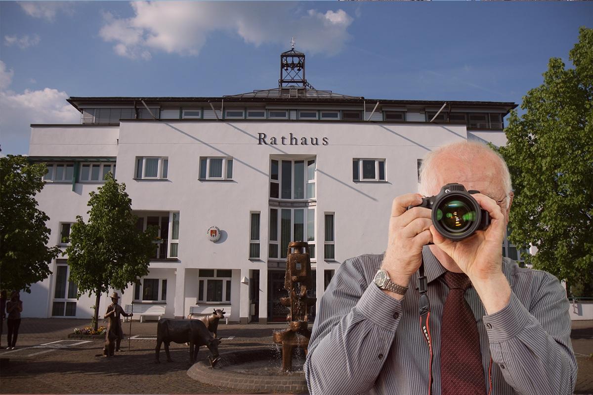 Rathaus Wenden, Detektiv zeigt Daumen nach oben, Schriftzug: Unserer Detektei ermittelt für Sie in Wenden !