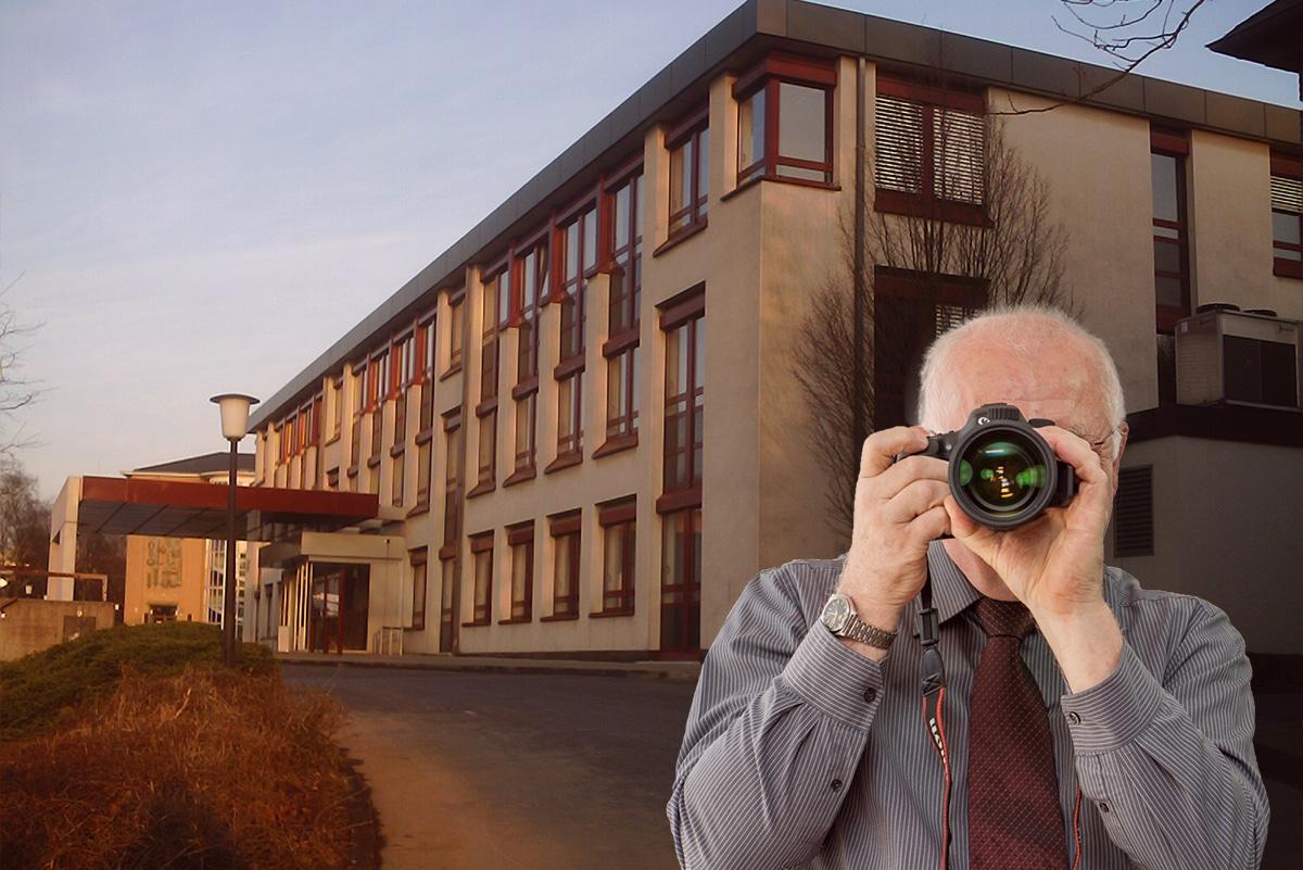 Rathaus Wülfrath, Detektiv zeigt Daumen nach oben, Schriftzug: Unserer Detektei ermittelt für Sie in Wülfrath !