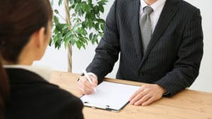 Chef führt ein Gespräch mit einem Mitarbeiter
