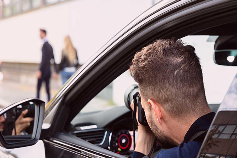 Untreue Detektiv der Detektei Kubon ermittelt mit Kamera im Auto