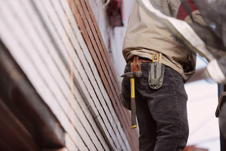 Mitarbeiter arbeitet schwarz auf Baustelle