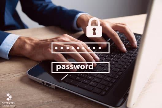 Mann sitzt an Pc und gibt ein sicheres Passwort ein