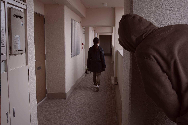 Ein Mann verfolgt eine Frau bis zu deren Wohnung