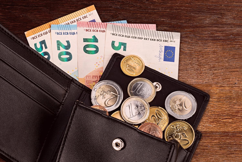 Geld in Portemonnaie auf Tisch