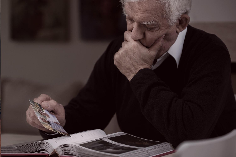 Ein Mann schaut sich ein Bild an, vermisst wird seine Tochter